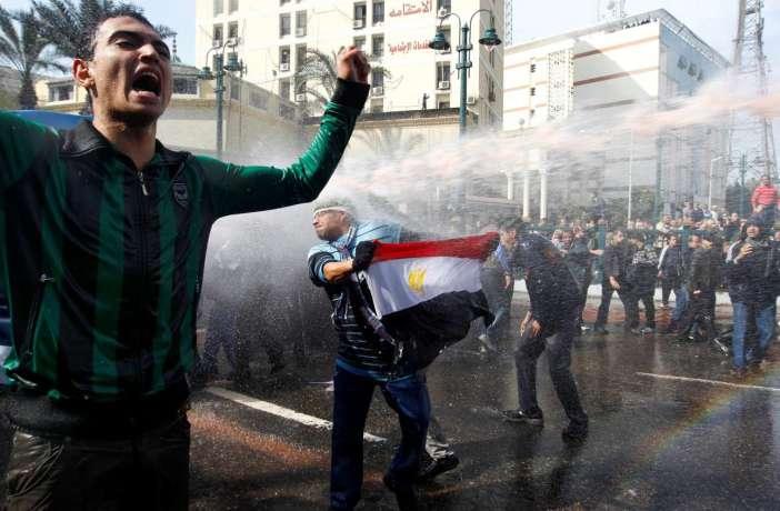 Αστυνομικοί κατά διαδηλωτών της «αραβικής άνοιξης» στην πλατεία Ταχρίρ, στο Κάιρο, στις 28 Ιανουαρίου 2011