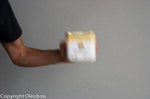 Agitation du bidon d'huile de protection