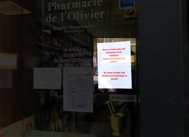 Devanture de phamarcie parisienne : pas de masque, pas de gel