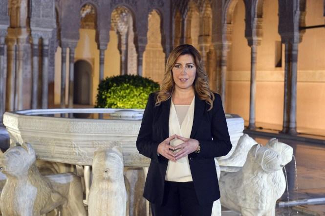 Para los que no la conozcan (muchos), Ella es la Presidenta de la Junta de Andalucía que, de acuerdo con la ausencia de banderas, puede estar ofreciendo un discurso de final de año o pidiendo una Coca Cola. Eso sí, en la Alhambra de Granada.