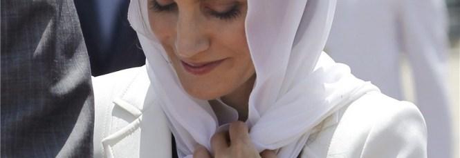 Doña Letizia, con la cabeza cubierta, visita el mausoleo del primer Rey de Marruecos.