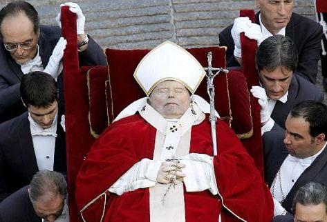Juan Pablo II, ya fallecido, es trasladado en andas por los Gentilhombres del Papa