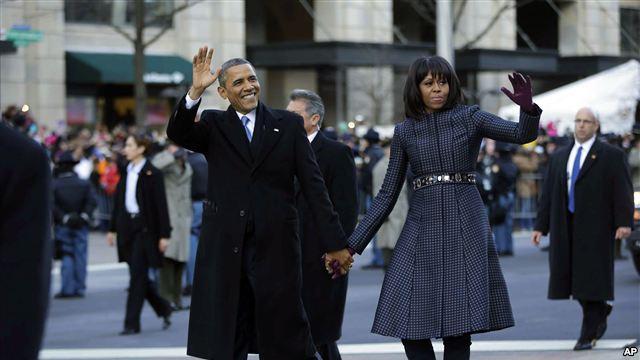 Obama y su esposa caminan saludando al público, a pié en lo que no puede considerarse una ruptura de protocolo real.