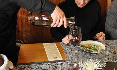 C 243 Mo Servir Una Botella De Vino