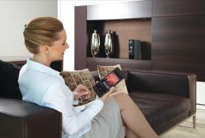 Das Bedienkonzept von Voxnet ist vielfältig, etwa bequem übers Smartphone und Tablet. Wird Musik von Streaming Apps gestartet, erklingt diese automatisch, dank sensitiver Audio-Eingänge, auf den Lautsprechern im Raum.