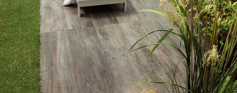 Keramikplatten in Holzoptik verleihen dem Aussenraum Charme und Stil.