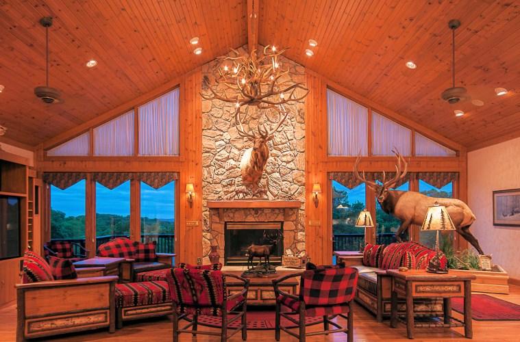 Harpole's Heartland Lodge - Großer Gemeinschaftsraum mit Kamin