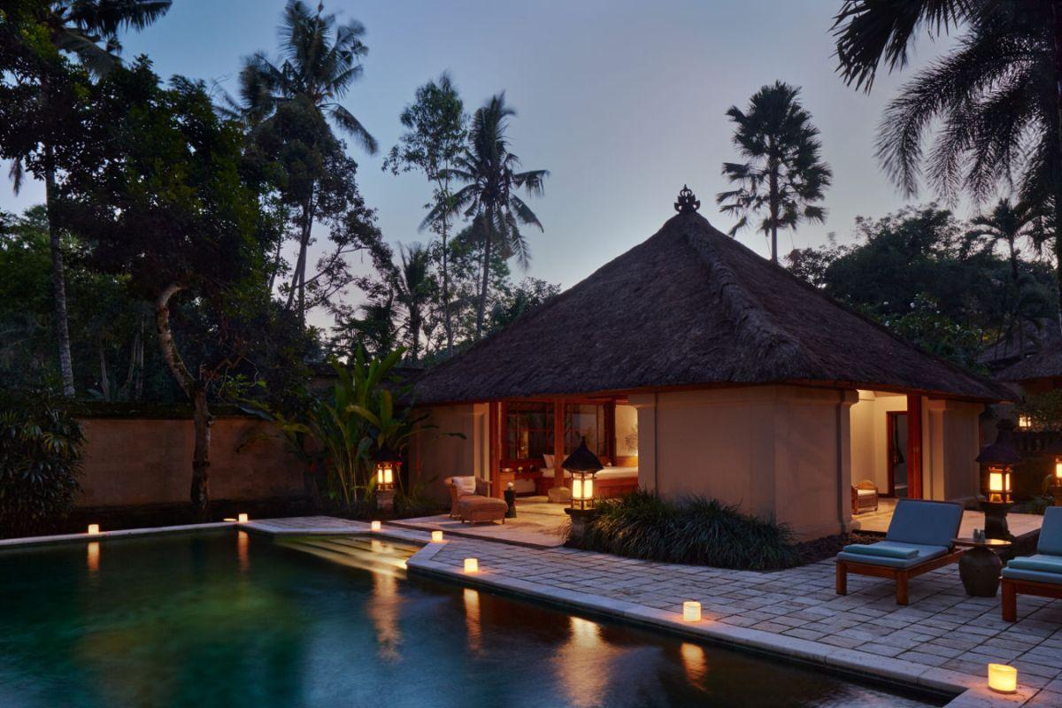 Am Abend in einer Suite des Amandari auf Bali, Indonesien