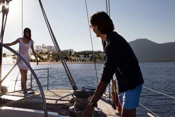 Segeln mit Blick auf das Luxushotel Anassa und den Asprokremnos-Strand im Südwesten Zyperns