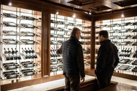 Winzer Lamberto Frescobaldi (links) in der wine library der Tenuta Luce, in der die Kollektion aller Jahrgänge von Luce Brunello, sowie der Sangiovese-Merlot-Spitzencuvée Luce, aufbewahrt sind.