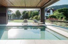 Poolhaus mit preisgekrönter Senkfront von air-lux.