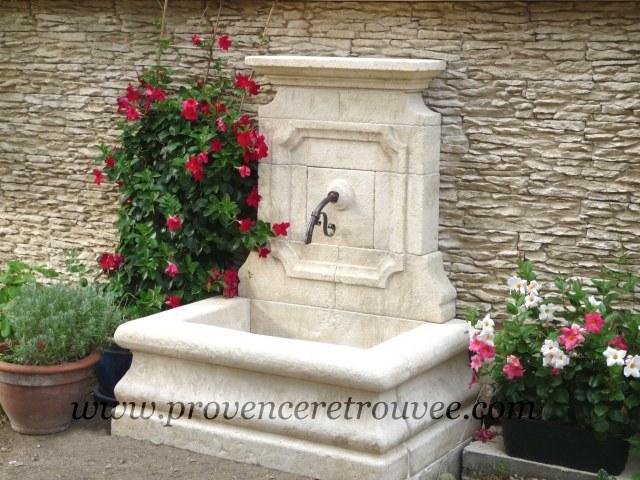 une fontaine en pierre dans son jardin
