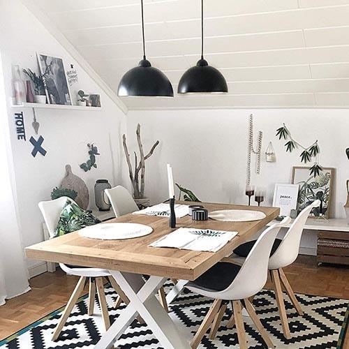 La iluminación colgante encima de una mesa es un recurso que funciona muy bien