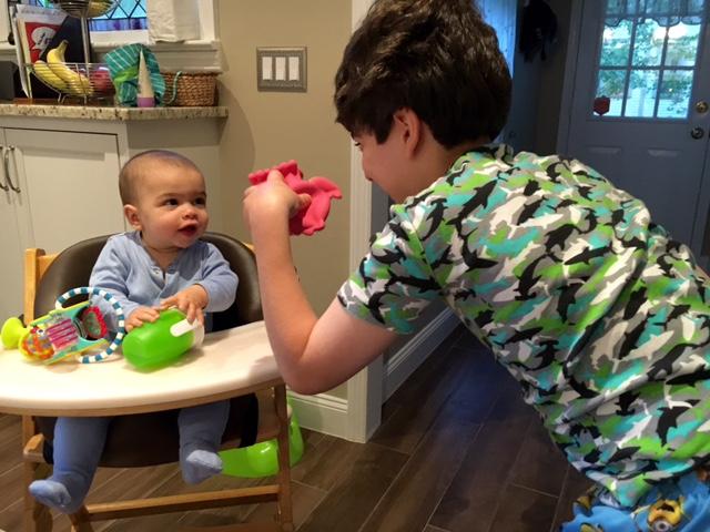crear un vínculo entre tu bebé y su hermano mayor