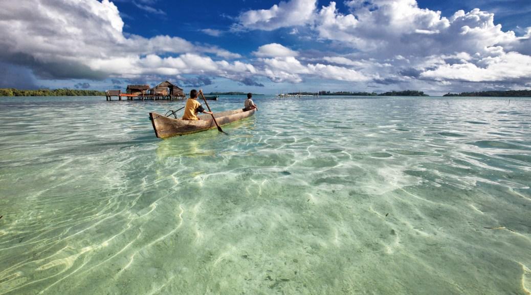 barca en la playa de viaje a malasia, singapur e indonesia