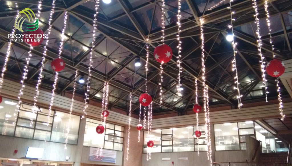 Bolas de navidad de 1 metro de diámetro elaboradas en poliestireno expandido con recubrimiento en escarcha.