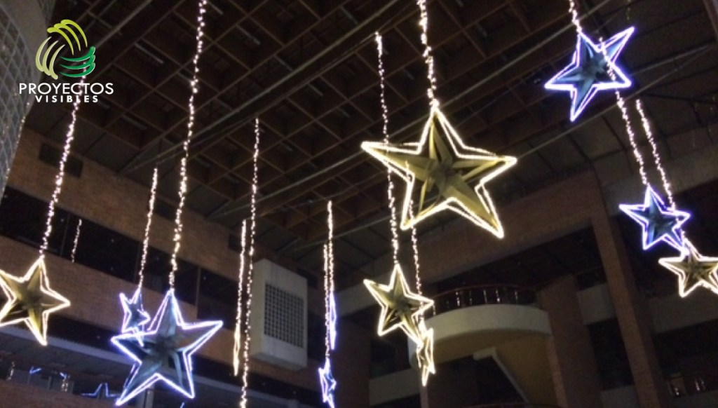 Extensiones led descolgadas sosteniendo una  estrella amarilla o azul bordeada con luces led.