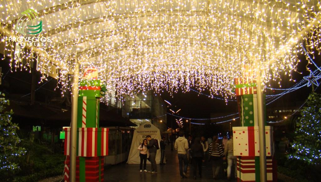 Columnas de navidad hechas con regalos.