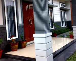 model teras rumah sederhana dengan lantai keramik