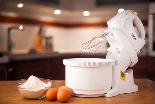 mikser w kuchni jajka i mąka