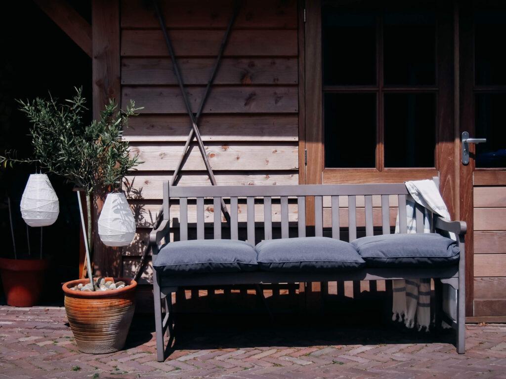 tuinbank met olijfboom