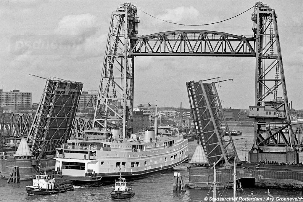 © Ary Groeneveld / Stadsarchief Rotterdam (4121_20887-7-19) | De Prinses Christina passeert de Hefbrug in Rotterdam op 22 maart 1968.