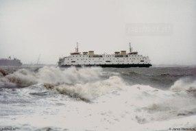 De Westerschelde bestaat uit wilde golven wanneer de Prinses Juliana op deze foto te zien is.