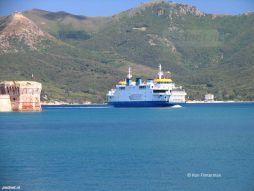 De Acciarello vaart de haven van Portoferraio binnen.