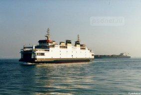 De Koningin Beatrix komt aan in Vlissingen, nog een laatste bocht en de veerboot meert aan in de fuik.