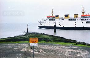 De Prins Johan Friso zet koers naar Vlissingen en verlaat de veerhaven van Breskens.