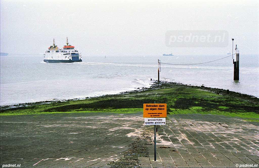 'Betreden dam op eigen risico (overslaande golven bij veerboot)'