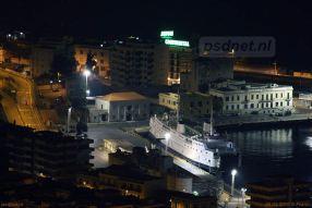 De Athos Matacena 's nachts in de haven van Reggio di Calabria.