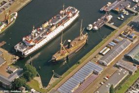 Jarenlang lag in de Binnenhaven van Vlissingen het museumschip Schorpioen, een Nederlands pantserschip gebouwd in 1968. Op deze luchtfoto zien we het klassieke schip naast de veerboot Margriet van de PSD in Zeeland.