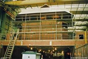 Het stuurhuis staat in de steigers tijdens de bouw.
