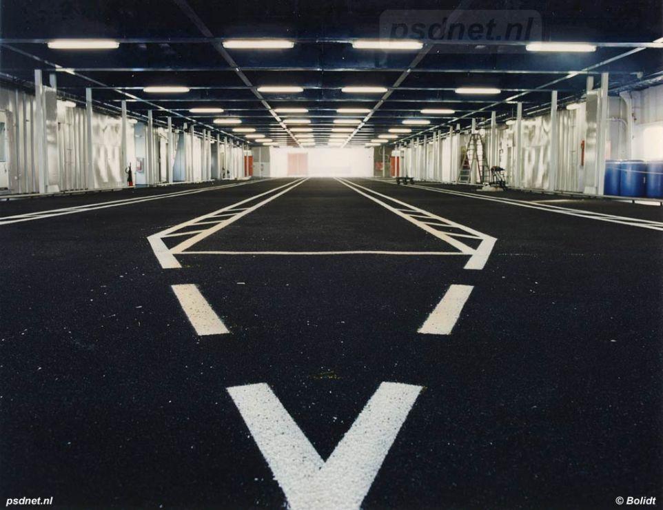 Het bovenste autodek is alleen geschikt voor personenauto's, in totaal kunnen er 106 auto's staan verdeeld over vijf rijstroken met in totaal 466 meter ruimte.