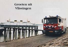 Een ansichtkaart van de Brandweer van Vlissingen met op de achtergrond de veerboot Koningin Beatrix.