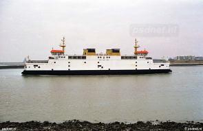 De rust in de veerhaven wordt verstoord door de veerboot.