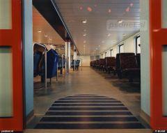 De moderne salon van de nog nieuwe veerboot Koningin Beatrix, bestemd voor de veerdienst tussen Vlissingen op Walcheren en Breskens (Zeeuws-Vlaanderen).
