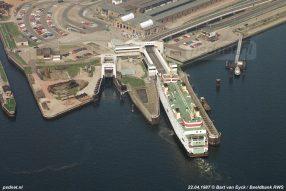 Een luchtfoto van Rijkswaterstaat van het Stationsgebied van Vlissingen met de aanleginrichtingen van de Provinciale Stoombootdiensten in Zeeland.