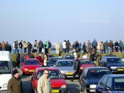 De belangstelling voor de laatste PSD-afvaart met de Koningin Beatrix op 15 maart 2003 was enorm. Hier zien we de mensen op de dijk in Breskens.