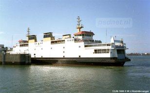 De Koningin Beatrix in de fuik van Vlissingen, gefotografeerd vanaf de zeesleepboot Holland van Doeksen.