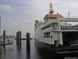 Op de achtergrond vaart de nieuwe Fast Ferry, op de voorgrond de Koningin Beatrix van BBA Fast Ferries.