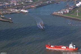De Prins Johan Friso zet koers op een tanker, zo lijkt het. Vaak werden schepen dicht gepasseerd tussen Vlissingen en Breskens.