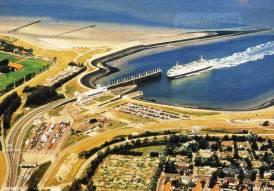 Een ansichtkaart van Breskens met de veerhaven en de PSD-veerboot.