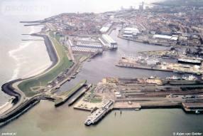 Een luchtfoto van het Stationsgebied van Vlissingen. We zien de fuik en de veerboot Koningin Beatrix.