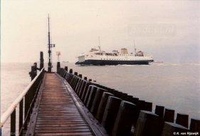 Schuin in de bocht vaart de Margriet rond het jaar 1984 de Buitenhaven van Vlissingen binnen.