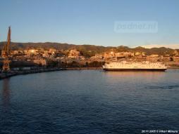 De Amedeo Matacena (Prinses Juliana) meert in de avondzon af in Messina.