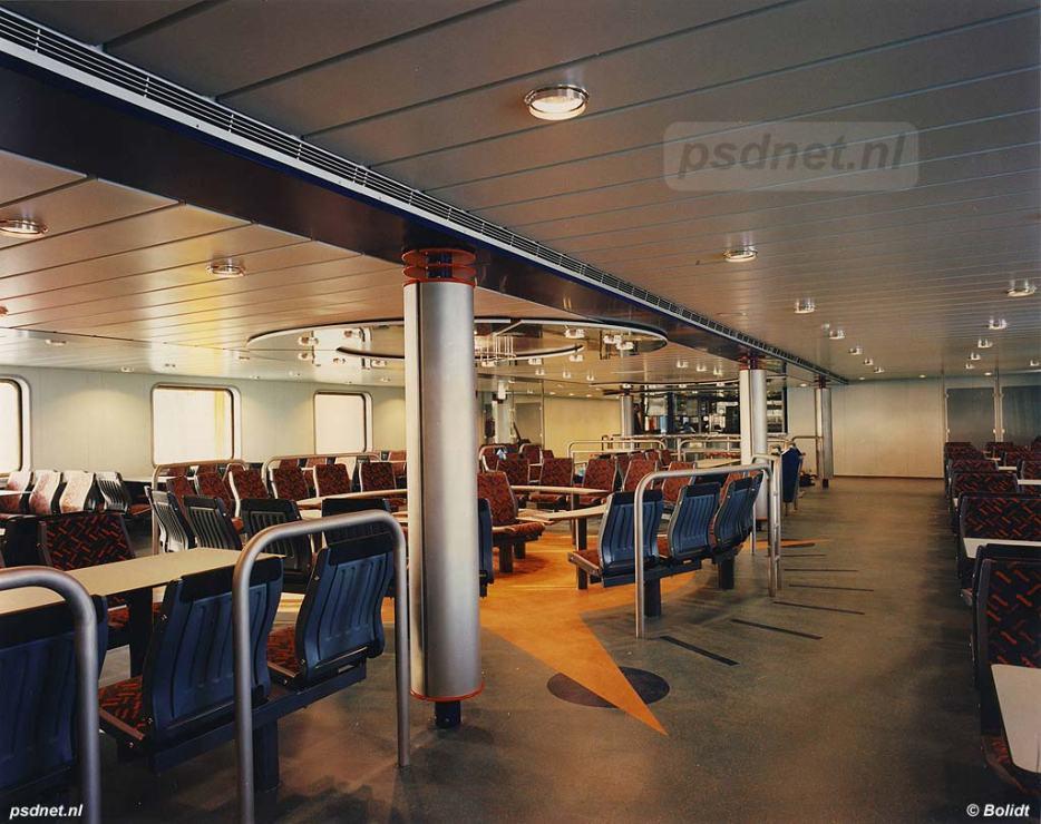 De salon van de veerboot Koningin Beatrix biedt 408 zitplaatsen. Ook zijn er het buffet, kombuis en lobby met toiletten te vinden.