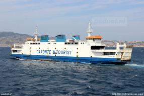 De voormalige PSD-veerboot Koningin Beatrix gezien op Straat van Messina in Italië.