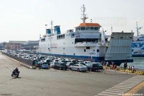 De auto's worden naast de veerboot opgesteld in Piombino, na het lossen kan iedereen dan na een bochtje aan boord rijden.